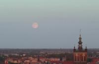 Wschód księżyca w pełni nad Gdańskiem
