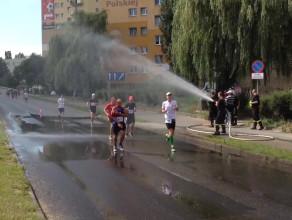 Strażacka kurtyna wodna na trasie maratonu