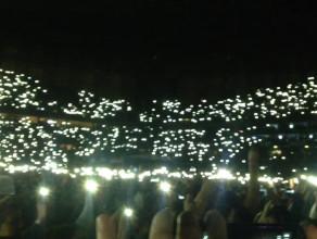 Justin gra na pianinie - publiczność świeci telefonami