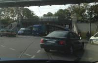 Tir zaklinował się pod wiaduktem na ulicy Hallera