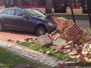 Samochód staranował historyczny mur stoczniowy przy Zieleniaku