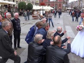 Obcokrajowcy zaśpiewali młodej parze na Długim Targu