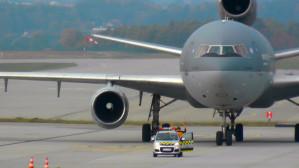 Potężny wojskowy samolot transportowy na lotnisku w Rębiechowie
