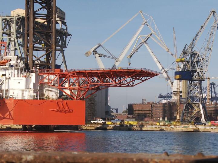 30 października 2014 roku konsorcjum trzech spółek - Energomontaż-Północ Gdynia, Nauta iCrist - zawarły też  umowę na przebudowę platformy wiertniczej