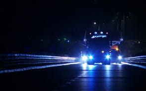 Nocny transport ponadgabarytowej kładki pieszo-rowerowej