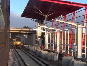 Przejazd pociągu po torach PKM