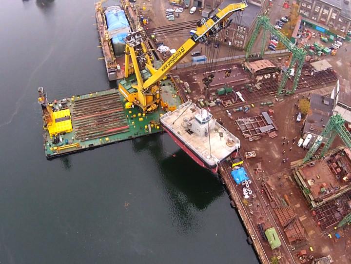 Może podnosić ładunki omasie nawet 330 ton ijest najsilniejszym żurawiem pływającym, który operuje na polskich wodach. Zobacz wakcji