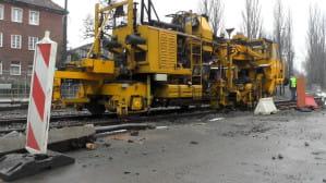 Podbijarka i spawanie termitowe na budowie linii tramwajowej na Przeróbce