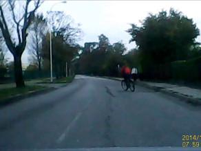 Rowerzystka skręca w lewo