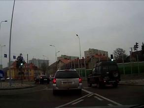 Skręcają w lewo z pasa do jazdy prosto