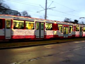 Świąteczny tramwaj sponsorowany przez internetowy serwis aukcyjny