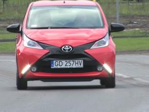 Toyota Aygo z wielkim iksem na masce