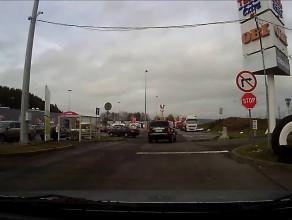 """Pana w terenówce znak """"stop"""" nie obowiązuje?"""