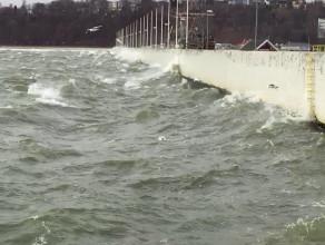 Nieźle wieje - wzburzone morze w Gdyni
