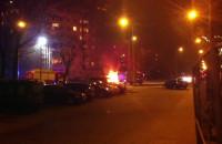 Strażacy gaszą płonący samochód we Wrzeszczu
