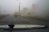 Dym unoszący się ze spalonego auta