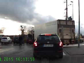 Kierowca ciężarówki cofając trafia na słup oświetleniowy