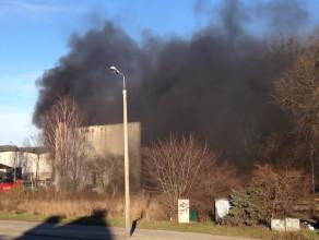 Pożar w hali za budynkiem Zrembu