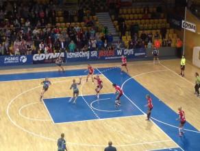 Końcówka półfinałowego meczu Vistal Gdynia - Start Elbląg