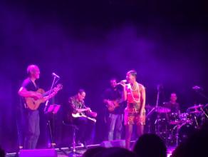 Neuza śpiewa swojemu gitarzyście