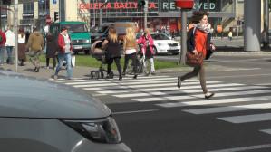 Piesi biegają przez pasy, bo zielone światło pali się zbyt krótko
