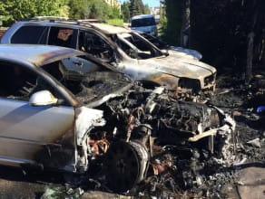 Skutki majowego pożaru trzech samochodów na Wzgórzu Mickiewcza