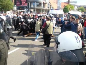 Policja siłą usuwa protestujących z ulicy
