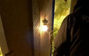 Hodował marihuanę w pokoju zbudowanym za szafą