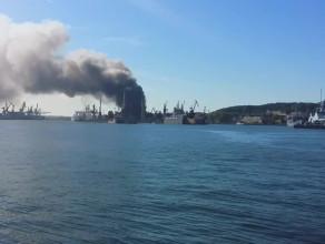 Pożar  Stoczni Marynarki Wojennej od strony wody