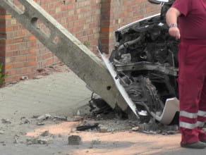 Samochód uderzył w latarnię na Trakcie św. Wojciecha