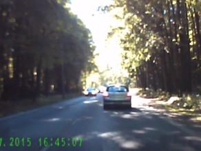 Służbowy samochód spieszy się żeby stać w korku
