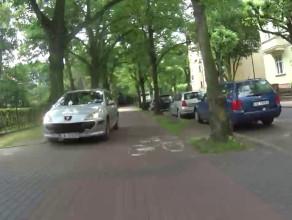 Samochód pojechał chodnikiem, bo ulica była jednokierunkowa
