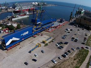 Ładowanie ogromnego shiploadera na barkę