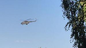Śmigłowiec Marynarki Wojennej Mi-17 krąży nad Osową