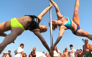 Taniec na rurze - zawody na plaży w Sopocie