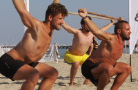 Ostry trening crossfit na plaży