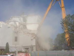 Wyburzanie budynku na rogu Grunwaldzkiej i Kołobrzeskiej