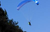 Paralotniarz próbuje wylądować na plaży w Orłowie