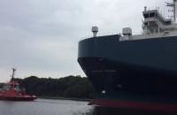 Wielki samochodowiec Arabian Breeze opuszcza gdański port