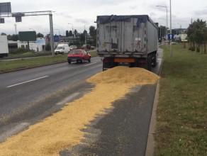 Rozsypane zboże z ciężarówki na ul. Elbląskiej