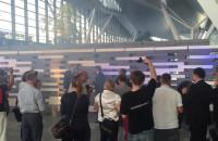 Symboliczne zburzenie/przewrócenie muru na lotnisku