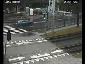 Oszust ucieka skradzionym samochodem
