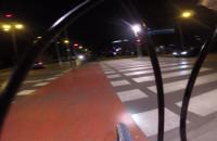 Swędząca noga na drodze dla rowerów