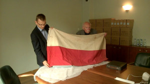 Prof. Wiesław Gruszkowski przekazuje rodzinną pamiątkę Muzeum II Wojny Światowej