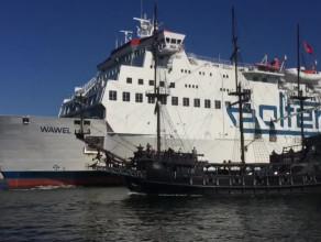 Wycieczkowiec Europa i prom Wawel przy nabrzeżu Westerplatte