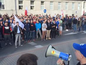 Przyśpiewki na manifestacji przeciwko imigrantom w Gdyni