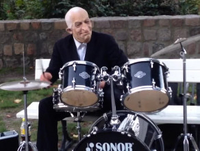 Perkusista w masce daje czadu w Sopocie