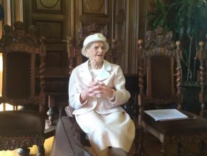 Goście śpiewają pani Franciszce życzenia 200 lat