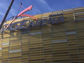 """Demontaż logo """"PGE"""" na stadionie w Letnicy"""