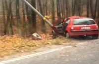 Samochód uderzył w latarnię na ul. Spacerowej